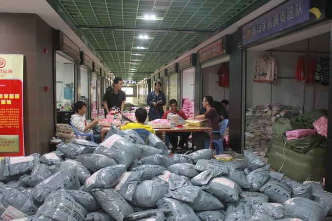 走廊全被货物占满