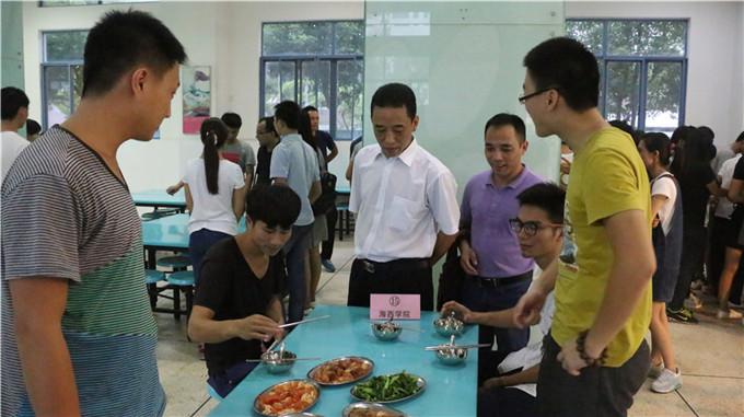 走访食堂关心学生伙食图片