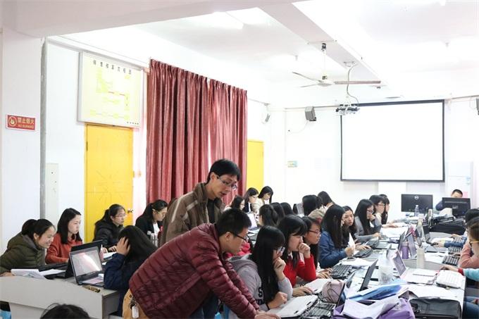 企业资深会计师在指导学生进行电脑做账