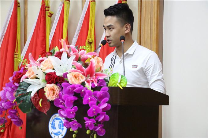 新党员代表陈骏龙发言
