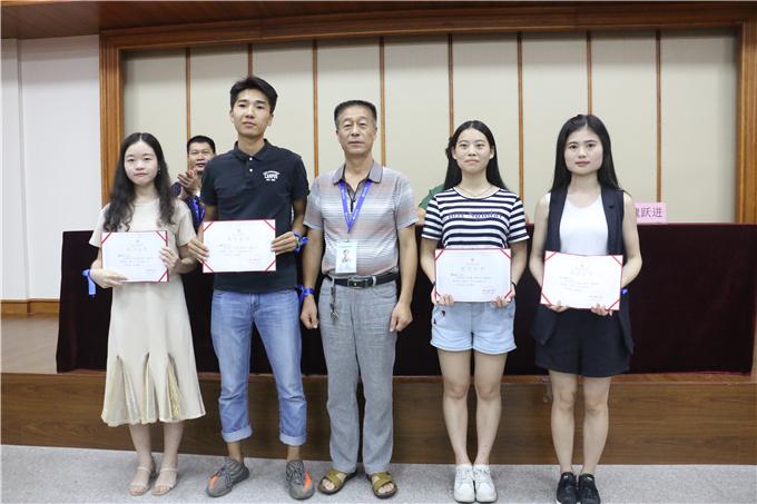 学院常务副院长单振东为优秀毕业生颁奖