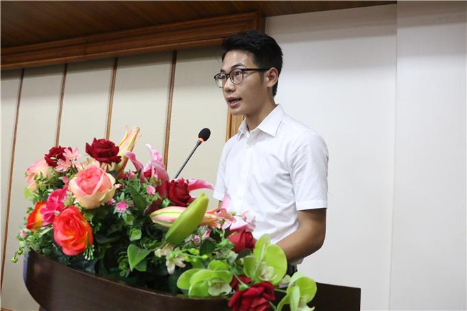 学生代表简炜炫同学发言