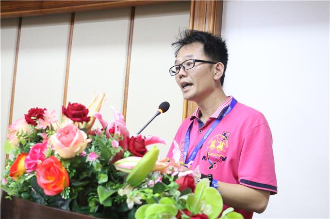 创业学院院长颜惠雄宣读毕业生名单
