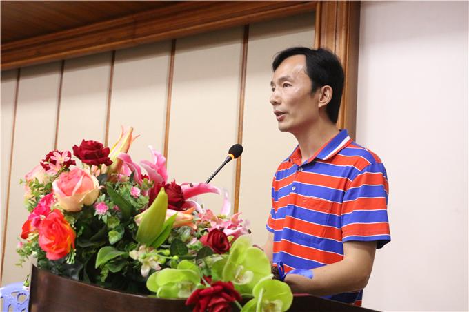 设计工程学院院长黄海宏宣读毕业生名单