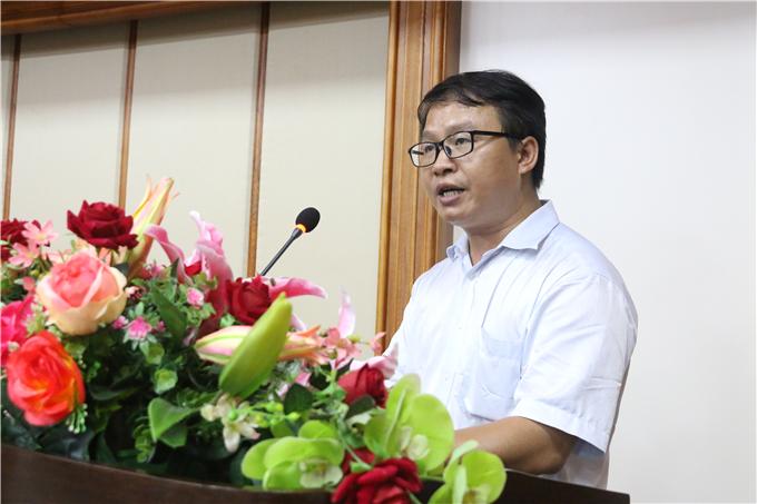信息工程学院院长黄益平宣读毕业生名单