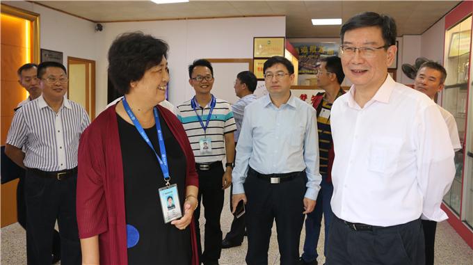 副省长黄宁生与学院党委书记韩淑芳交流党建工作