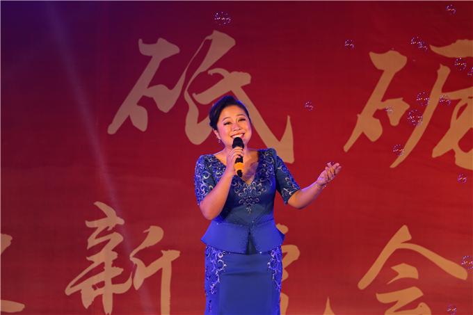 科教卫委员会副秘书长兼艺术团总监唐洁洁演唱歌曲