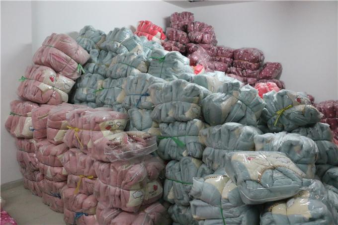 堆积如山的货物
