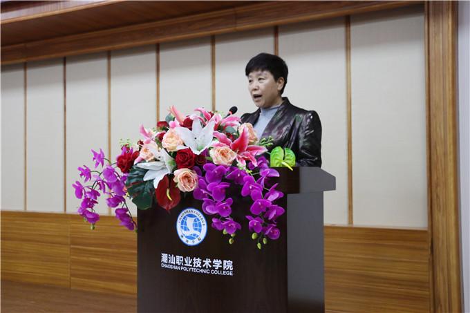 教务处处长刘玉华宣读表彰文件