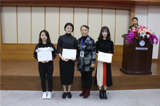 督导室主任张桂春颁发二等奖