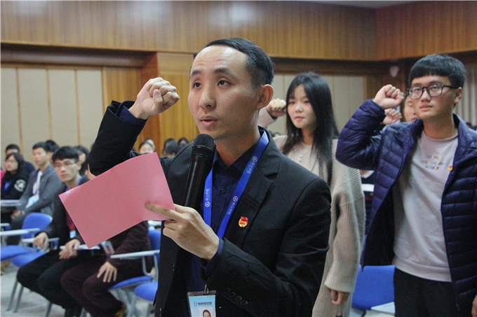 团委副书记陈楠带领共青团员宣誓