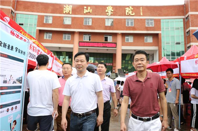 江少涛局长一行走访招聘摊位关心学生应聘情况