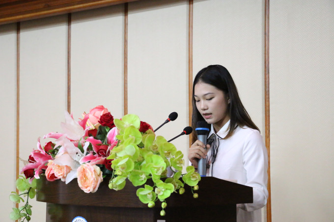 学生代表李妙虹发言
