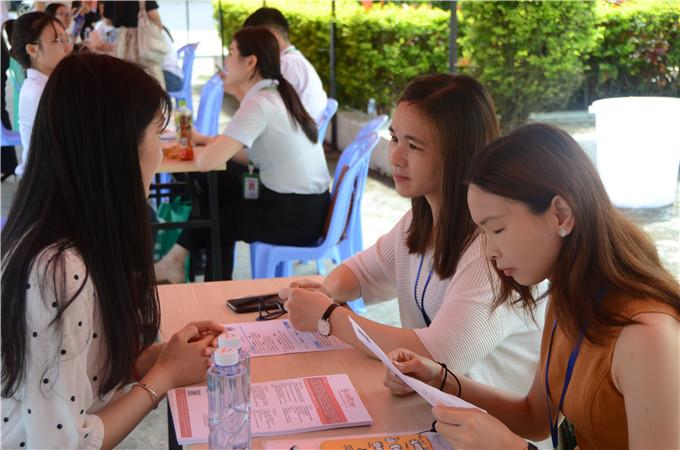 应聘学生与企业代表交流